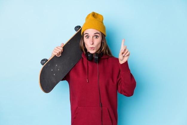 Изолированная женщина молодого конькобежца кавказская имеющ некоторую отличную идею, концепцию творческих способностей.