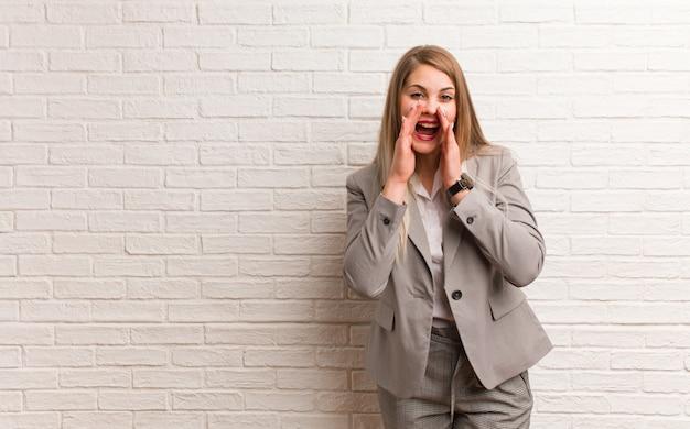 Молодая русская деловая женщина шепчет сплетни подтекст