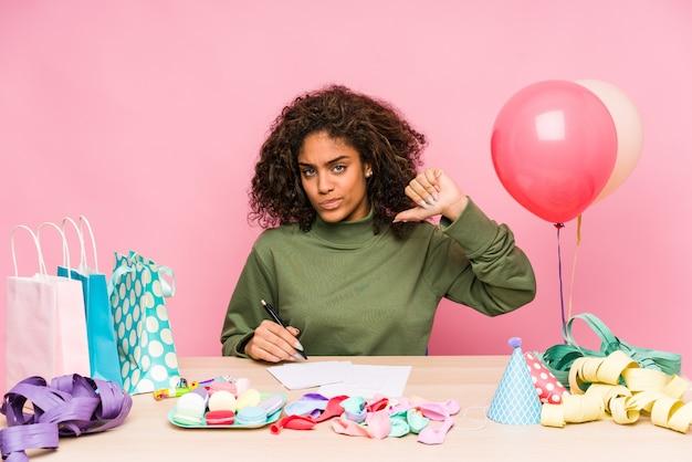 誕生日を計画している若い女性は、誇りと自信を持っていると感じています。