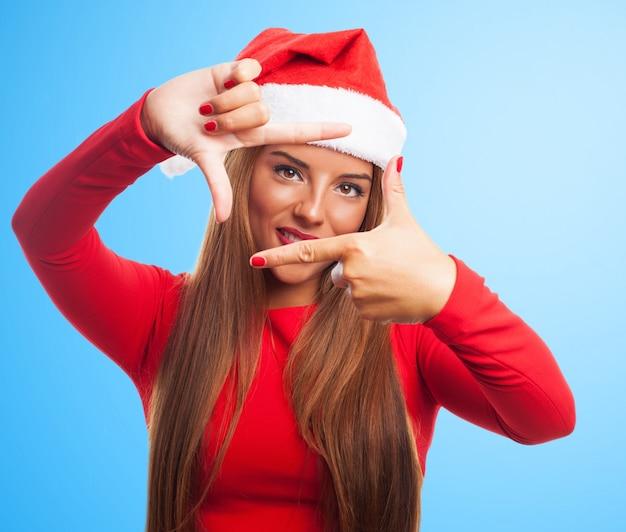 彼女の指でフレームを作り笑顔の女性