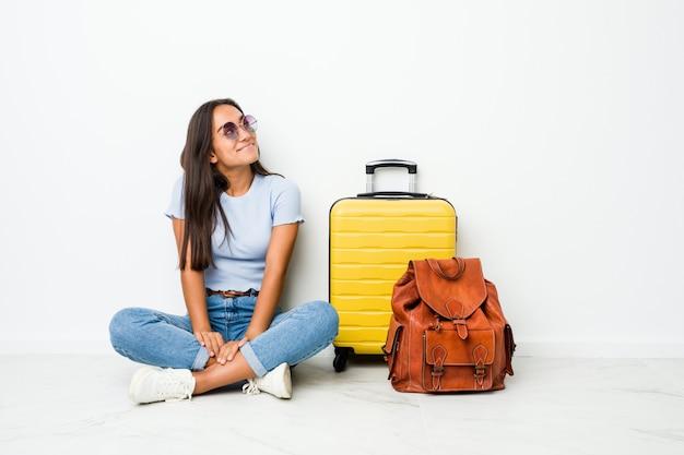 目標と目的を達成することを夢見て旅行に行く準備ができている若い混血インドの女性