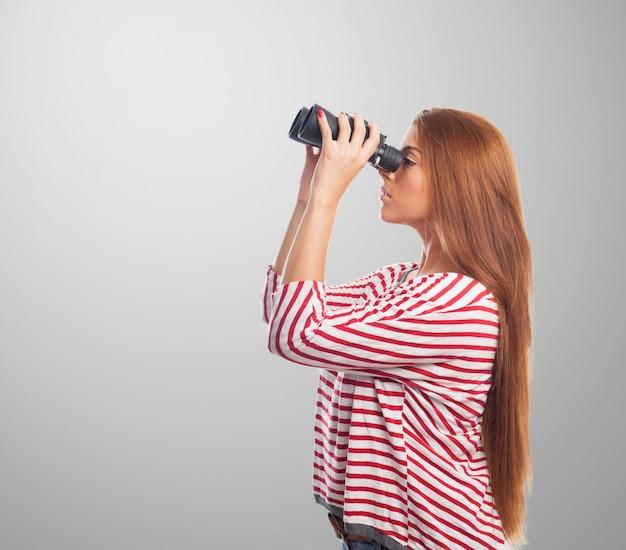 スパイグラス笑顔女性は遠くに見えます