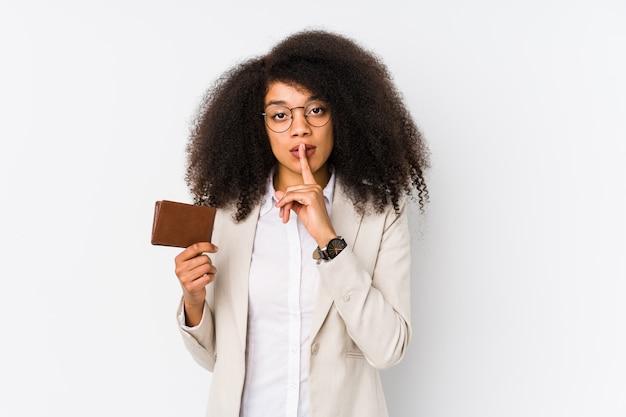 分離されたクレジット車を保持している若いアフロビジネス女性分離されたクレジットを保持または沈黙を求めてクレジットを保持している若いアフロビジネス女性。