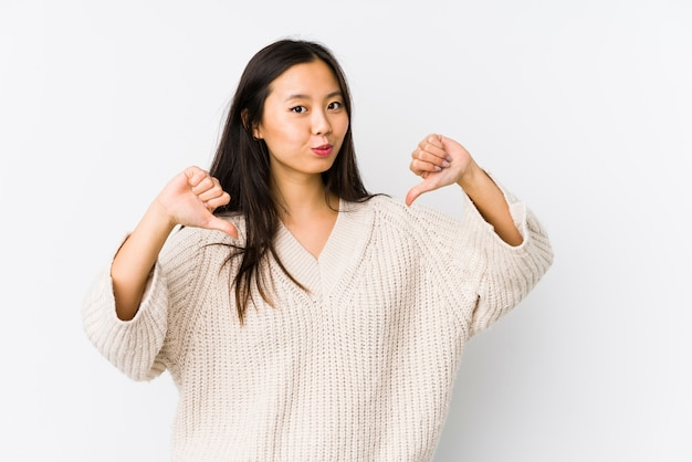 孤立した若い中国人女性は誇りに思って、自信を持って、次の例です。