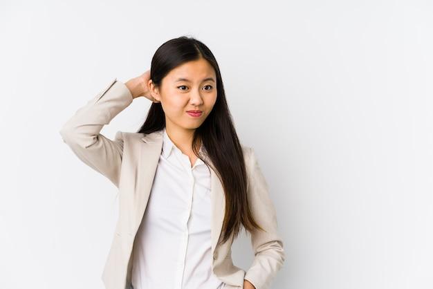 若いビジネス中国の女性は、頭の後ろに触れる、考え、選択を分離しました。