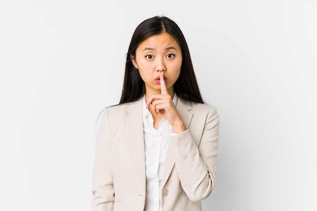若い中国人ビジネスウーマンは秘密を守ったり、沈黙を求めて孤立しました。