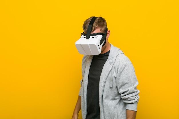 仮想現実の眼鏡を使用して若い白人男