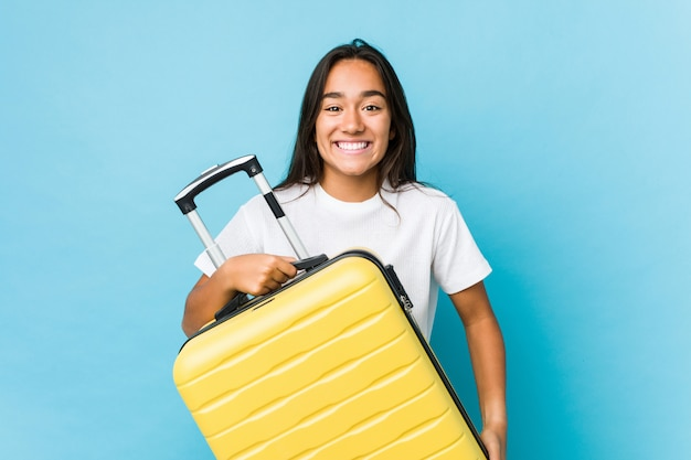 分離された新しい旅行を行うため神経質の若いインド人女性