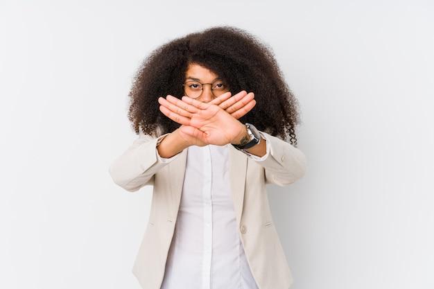 拒否ジェスチャーを行う若いアフリカ系アメリカ人ビジネス女性