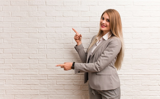 指で側を指している若いロシアビジネス女性