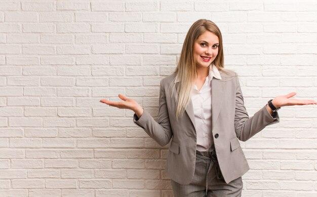 Молодая русская деловая женщина приглашает прийти
