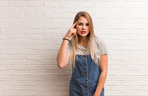 Молодая русская хипстерская женщина, делающая жест разочарования с пальцем