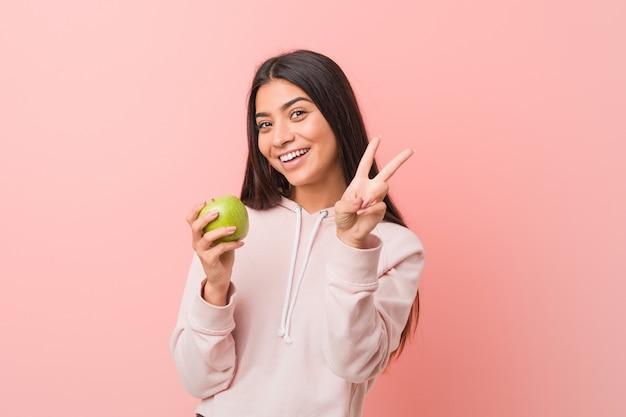 リンゴを食べる若いインド人女性