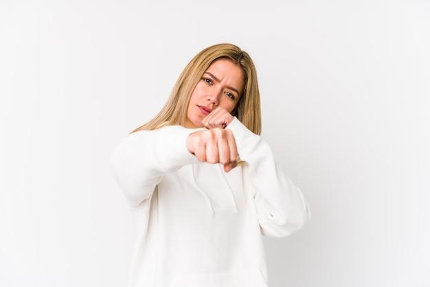 若いブロンドの白人女性はパンチ、怒り、議論のために戦ってボクシングを分離しました。