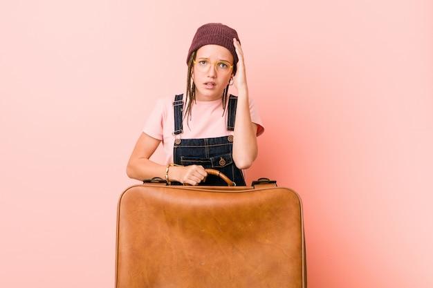 ショックを受けているスーツケースを保持している若い白人女性、彼女は重要な会議を覚えています。