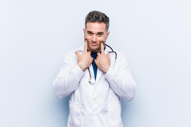 Молодой красивый доктор человек сомневается между двумя вариантами.