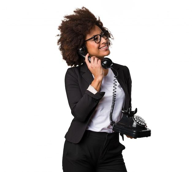 Бизнес черная женщина разговаривает по телефону
