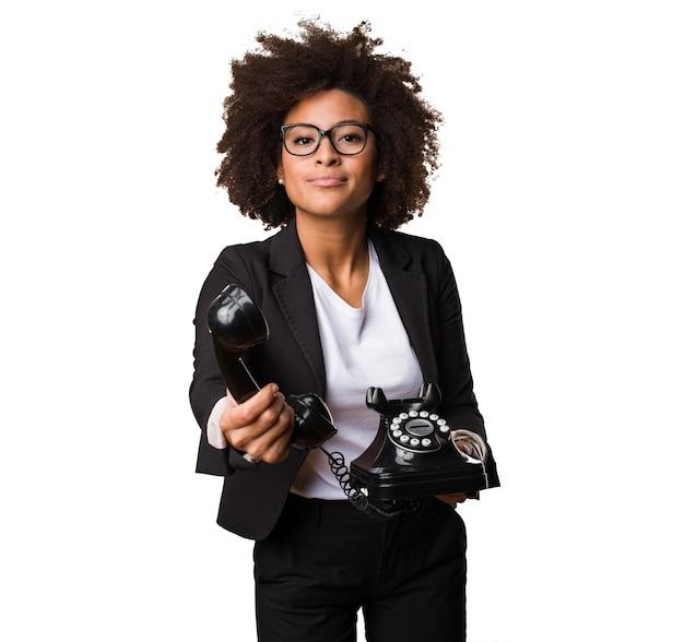 Бизнес черная женщина с телефоном
