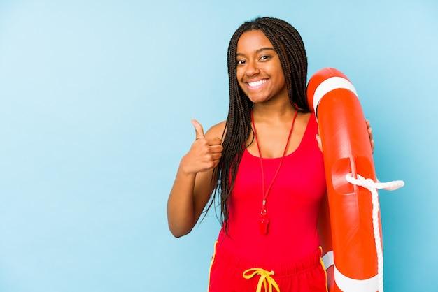 若いアフリカ系アメリカ人のライフガード女性分離笑顔と親指を上げる
