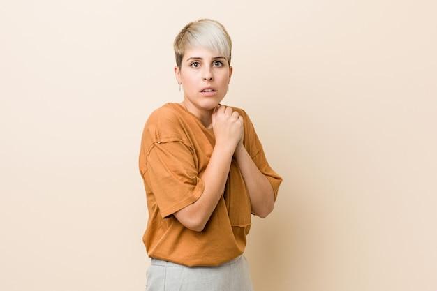 短い髪の若いプラスサイズの女性が怖いと恐れています。