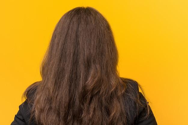 Молодые плюс размер кавказских бизнес женщина сзади, оглядываясь назад.