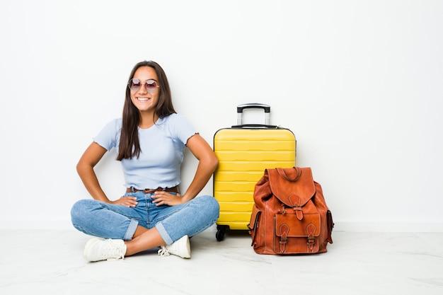 若い混血インドの女性が腰に手を維持して自信を持って旅行に行く準備ができています。