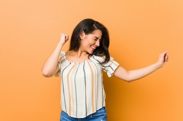 若い曲線の女性ダンスと楽しい時を過します。