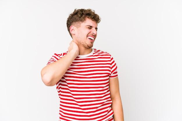 分離された若いブロンドの巻き毛の白人男性は、ストレスによる首の痛みを持っている、マッサージ、手でそれに触れる。