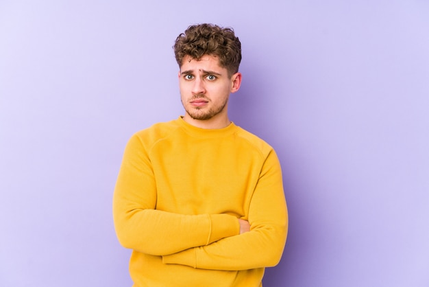 若いブロンドの巻き毛の白人男性は皮肉な表現に不満を分離しました。