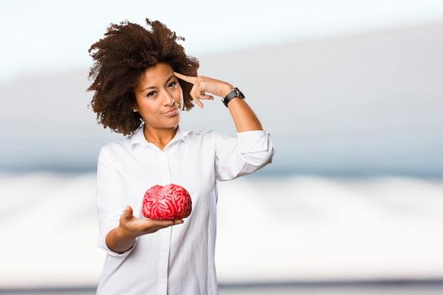 脳の形をした若い黒人の女性