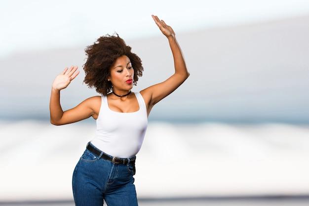若い黒人女性が踊る