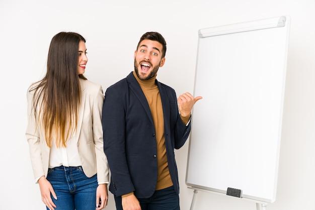 若い白人ビジネスカップルは、親指の指を離れて、笑って屈託のないポイントを分離しました。