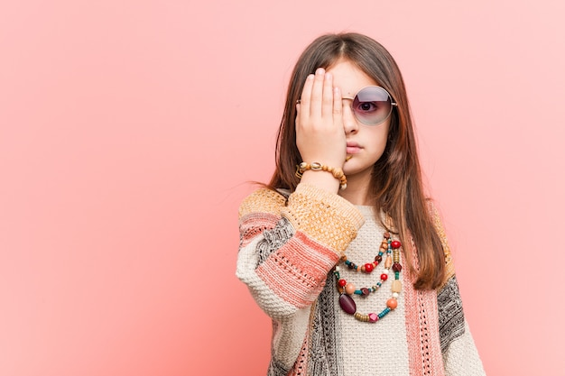 手のひらで顔の半分を覆う楽しんでヒッピー少女。
