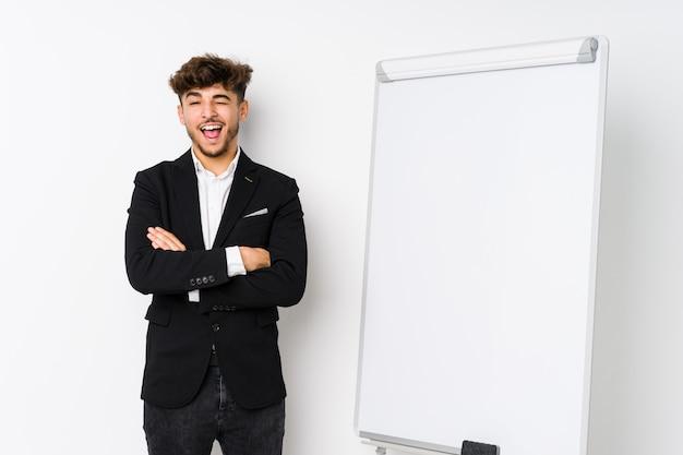 若いビジネスコーチングのアラビア人面白いとフレンドリーな舌を突き出しています。
