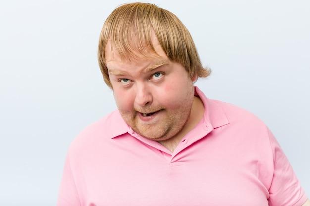 Кавказский сумасшедший блондин толстяк