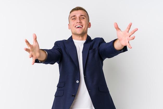 Молодой человек кавказской бизнес чувствует себя уверенно, давая обнять камеру.
