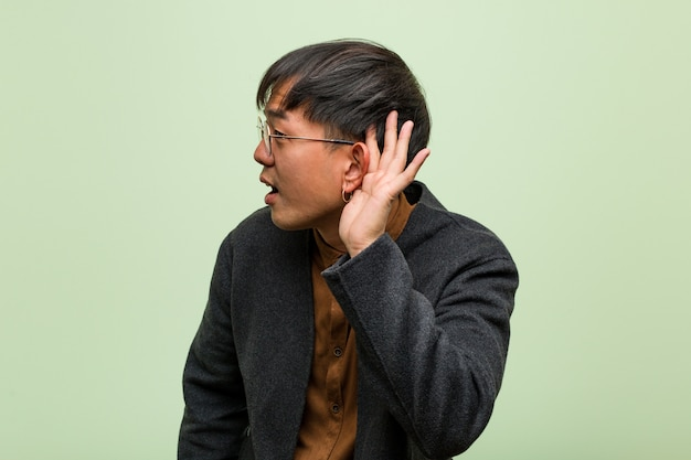 緑の壁に若い中国人男性