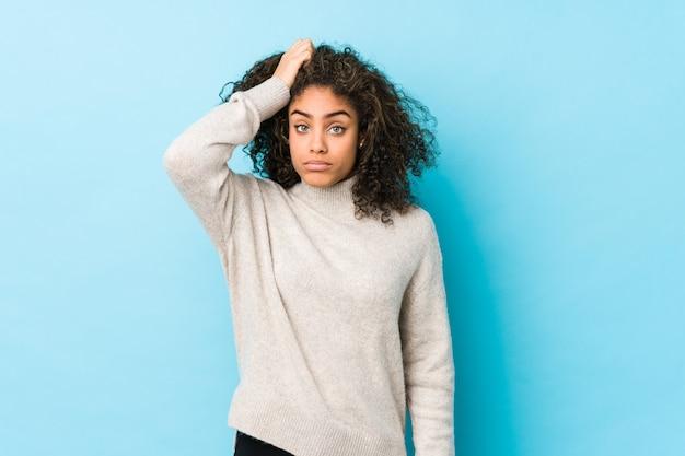 ショックを受けている若いアフリカ系アメリカ人の巻き毛の女性、彼女は重要な会議を覚えています。