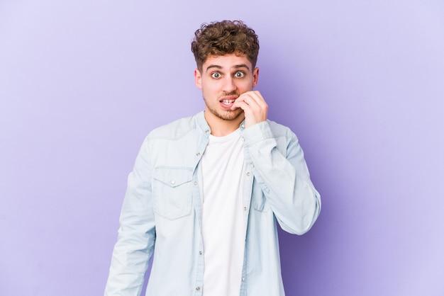 若いブロンドの巻き毛の白人男性は、爪を噛む、神経質で非常に不安を分離しました。