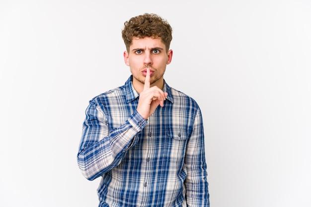 若いブロンドの巻き毛の白人男性が秘密を守ったり、沈黙を求めて分離されました。