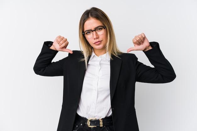 Молодая деловая женщина чувствует себя гордой и уверенной в себе, пример для подражания