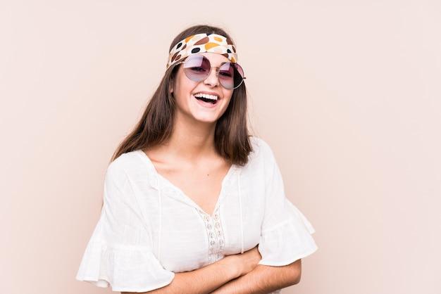 Молодая хипстер женщина смеется и веселится