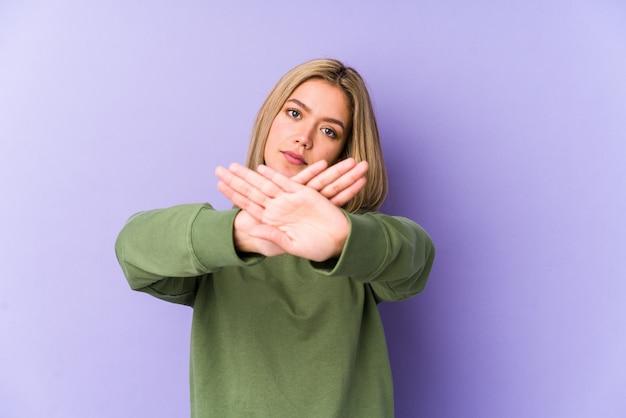 Молодая блондинка делает жест отрицания