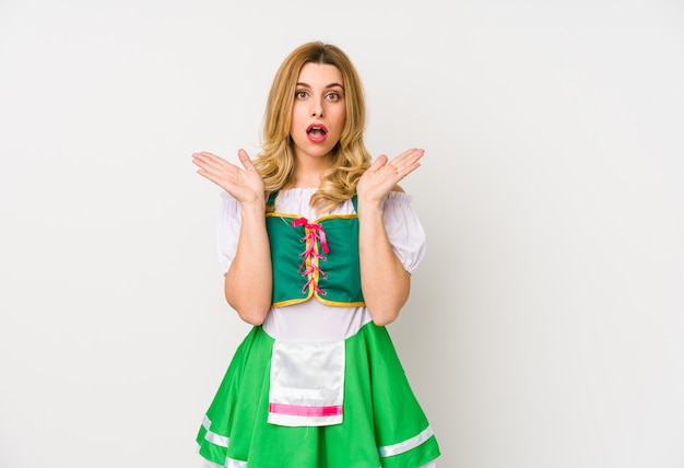 Молодая женщина в одежде день святого патрика удивлен и шокирован