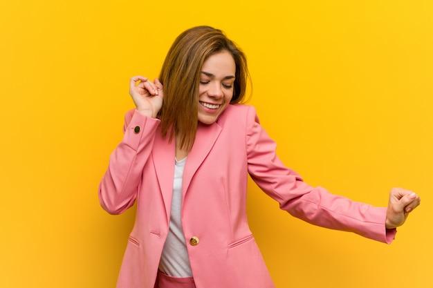 Молодой модный бизнес женщина танцует и веселится