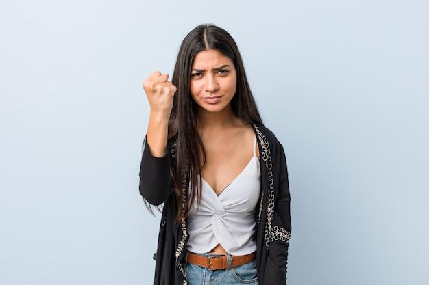 若い自然ときれいな女性を示す拳