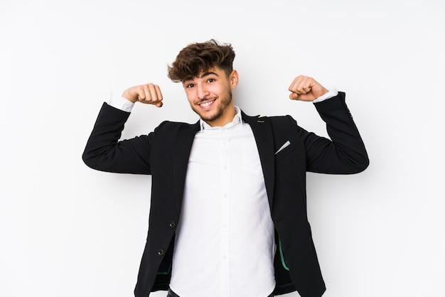 腕で強さのジェスチャーを示す若いビジネスマン