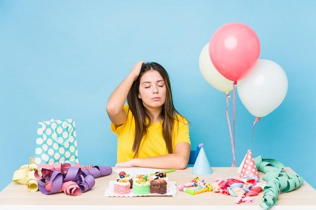 Молодая кавказская женщина организуя шокированный день рождения, она вспомнила важную встречу.