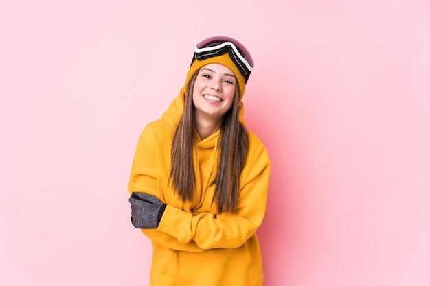 笑って、楽しんで若い白人スキーヤー女性。