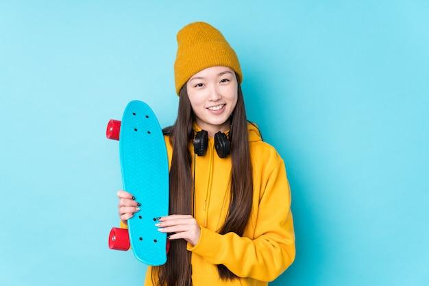 笑って楽しんで若いスケーター女性